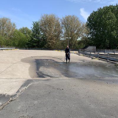 Reinigen vloer parkeerdek